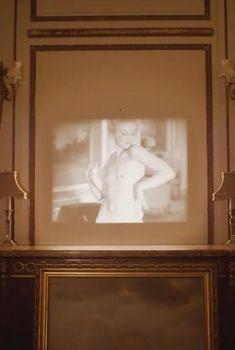 Эмили Кинни засветила голую грудь в сериале «Больница Никербокер», 2014-2015