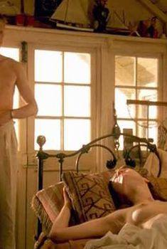 Голая Эмили Мортимер в сериале «Возвращение домой», 1998