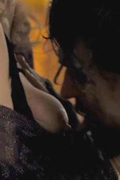 Голая Эмилия Фокс в фильме «Тысяча поцелуев», 2011