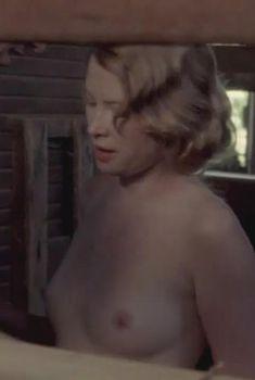 Голая Эмма Бут в фильме «3 акта убийства», 2009