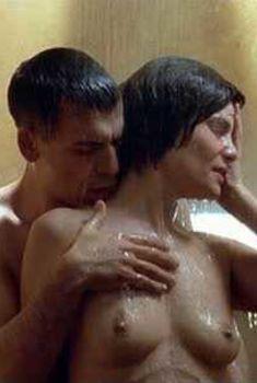 Голая Эмманюэль Сенье в фильме «Похититель тел», 2003