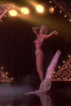 Голая Энджел Томпкинс в фильме «Закон Мерфи», 1986