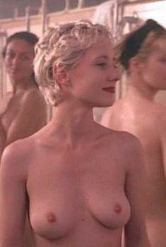 Голая Энн Хеч в фильме «Девочки в тюрьме», 1994