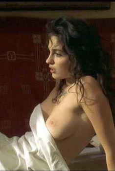 Голая грудь Эрики Марожан в фильме «Мрачное воскресенье», 1999