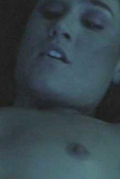 Голая Эрика Роби в фильме «Угроза вторжения», 2007