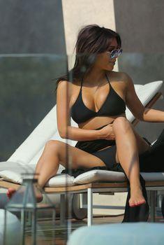 Пышногрудая Ким Кардашьян в черном купальнике на отдыхе в Таиланде, 04.02.2014
