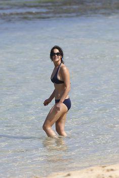 Дженнифер Лоуренс на пляже в Гавайях, 22.11.2012