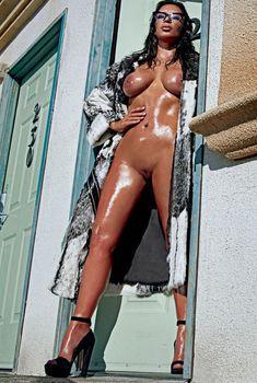 Полностью голая Ким Кардашьян в журнале Love, 2015