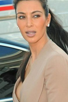 Ким Кардашьян случайно засветила сосок, 23.05.2012