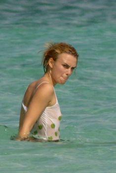 Кира Найтли без бюстгальтера в мокрой майке на Багамах, Июнь 2006