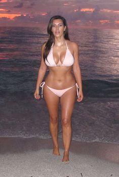 Ким Кардашьян в бежевом купальнике на пляже Майами, 02.11.2012