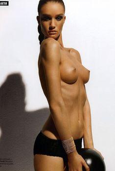 Голая грудь Роузи Хантингтон-Уайтли в журнале Citizen K, 2006