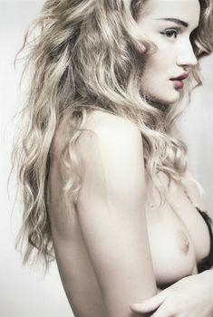 Роузи Хантингтон-Уайтли оголила грудь в фотосессии Джона Ранкина, Сентябрь 2010