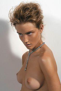 Роузи Хантингтон-Уайтли показала голую грудь в журнале Vogue Hellas, 2005
