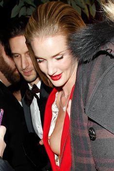 Случайный засвет Роузи Хантингтон-Уайтли на премии British Fashion Awards, Декабрь 2013