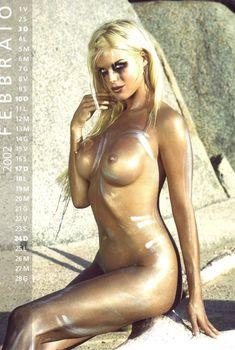 Обнаженная Виктория Сильвстедт в календаре, 2002