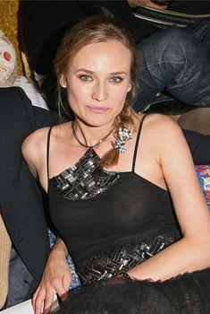 Засвет груди Дайан Крюгер на показе Chanel Metiers d'Art, 2010