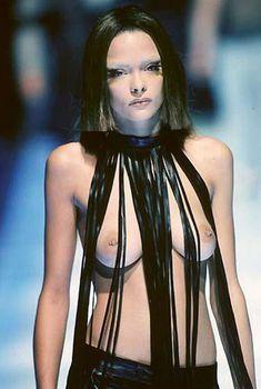 Голая грудь Джейми Кинг на показе Alexander McQueen, 1998