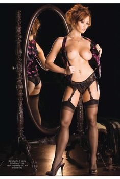 Игривая Кристин Смит раздевается в журнале Playboy, Апрель 2010
