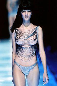Голая грудь Жизель Бюндхен в журнале Penthouse, Июнь 1998