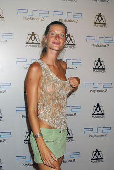 Жизель Бюндхен без лифчика на афтепати Maverick Records VMA, 28.08.2003