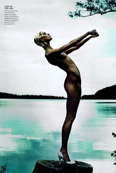 Обнаженное тело Карли Клосс в журнале Vogue, Июль 2013