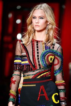 Обнаженный сосок Карли Клосс на показе Versace, 2015