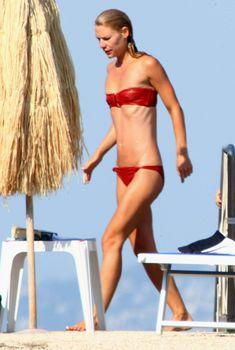 Секси Клэр Дэйнс в красном бикини на острове Искья, 16.07.2008