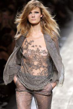Засвет Констанс Яблонски на показе Valentino, 2010