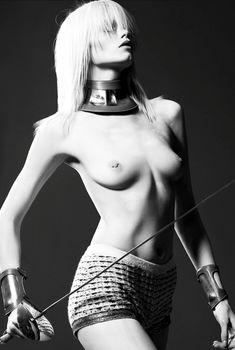 Проколотый сосок Эбби Ли Кершоу в журнале Numero, Май 2011