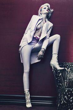 Упругая голая грудь Эбби Ли Кершоу в журнале W, Март 2012