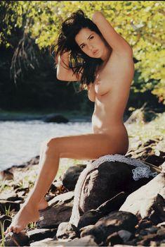 Келли Монако позирует топлес  в журнале Playboy's Natural Beauties, Июнь 2000