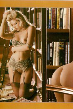 Обнажённая Лайла Робертс в библиотеке для журнала Playboy Lenceria, 2000