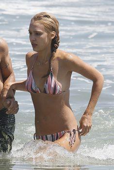 Красивая и соблазнительная Джессика Альба отдыхает на пляже в Малибу, 01.08.2009