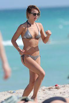 Джулианна Хаф в бикини на пляже в Майами, 26.04.2013