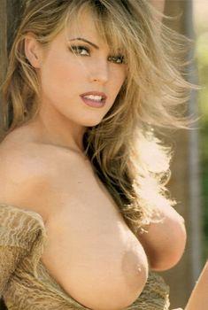 Грудастая Сандра Тейлор снялась голой в журнале Playboys Nude Celebrities, Апрель 1997