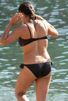 Задница Розарио Доусон в черном купальнике