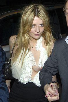 Обворожительная Миша Бартон показала голую грудь возле ночного клуба Boujis