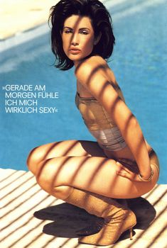 Красотка Карли Поуп демонстрирует сексуальную фигуру в журнале Die Girls Von FHM Summer, 2002
