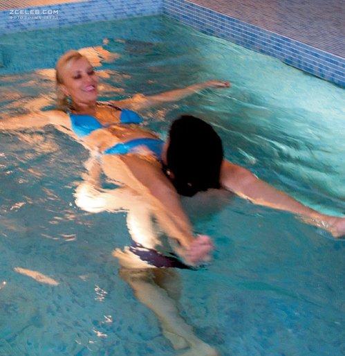 Начальник купается в бассейне с оголенными работницами  440683
